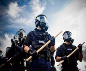 Rompicapo di Agenti della polizia antisommossa, con la bacchetta in mano