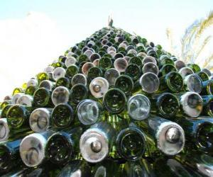 Rompicapo di Albero di Natale fatto di 5.000 bottiglie riciclate