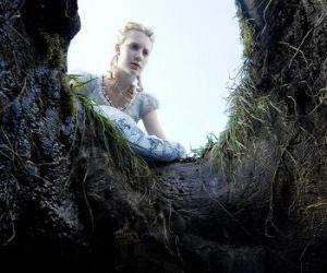 Rompicapo di Alice (Mia Wasikowska) a cadere nella tana del coniglio renderà un paese delle meraviglie