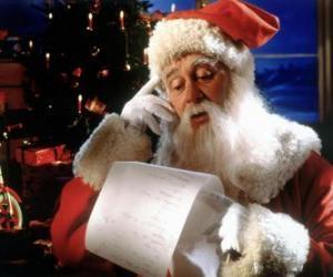 Rompicapo di Babbo Natale che verifica l'elenco dei nomi di consegnare i regali di Natale