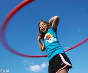 Rompicapo di Bambina giocando con hula hoop, hula hoop fatto ruotare attorno al bacino