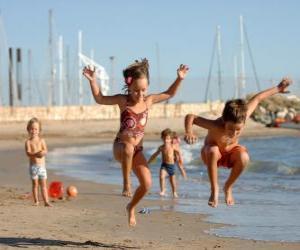 Rompicapo di Bambini che giocano sulla spiaggia