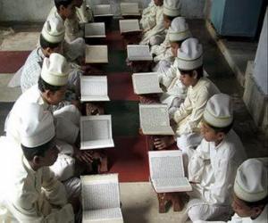 Rompicapo di Bambini nella lettura del Corano o Qur'an, libro sacro dell'Islam