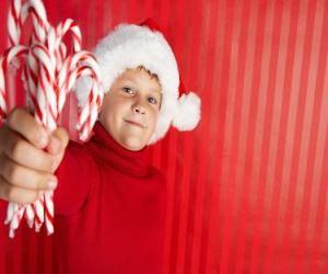 Rompicapo di Bambino con cappello di Babbo Natale e le caramelle in mano