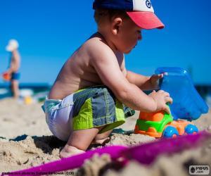 Rompicapo di Bambino gioca sulla spiaggia