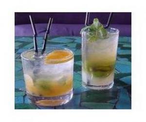 Rompicapo di Bicchiere di limonata o soda con un limone pronto da bere