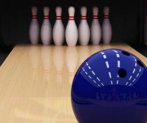 Rompicapo di Bowling. Palla che rotola verso i birilli di bowling