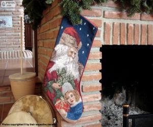 Rompicapo di Calzine di Natale appese sul camino