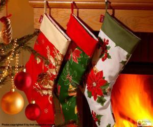 Rompicapo di Calzini natalizie con decorazioni e appese alle pareti del camino