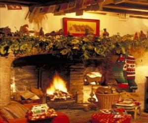 Rompicapo di Camino con il fuoco acceso e le decorazioni natalizie