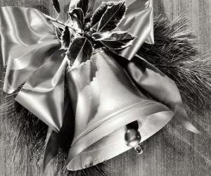 Rompicapo di Campanello di Natale decorato con foglie di agrifoglio e un nastro con un grande fiocco