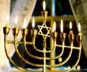 Rompicapo di Candelabro ad nove bracci con candele accese, un Chanukkià utilizatto nella celebrazione dil Hanukkah