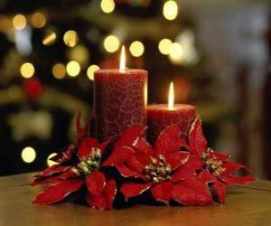 Rompicapo di candele accese come centrotavola decorato con fiori di Natale