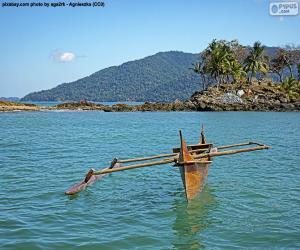 Rompicapo di Canoa di legno sulla costa dell'Africa