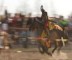 Rompicapo di Cavaliere ha lanciato un attacco rapido il nemico con la lancia a cavallo