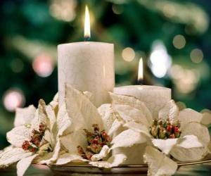 Rompicapo di Centrotavola con due candele e fiori bianchi