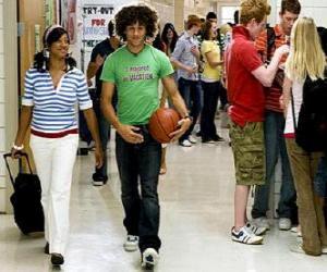 Rompicapo di Chad (Corbin Bleu) e Taylor (Monique Coleman) nel corridoio di istituto