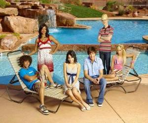Rompicapo di Chad (Corbin Bleu), Taylor (Monique Coleman), Gabriella Montez (Vanessa Hudgens), Troy Bolton (Zac Efron), Ryan Evans (Lucas Grabeel), Sharpay Evans (Ashley Tisdale) al lato da spiaggia