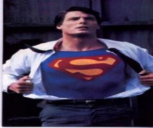 Rompicapo di Clark Kent diventa Superman con la sua uniforme rossa e blu per la lotta per la giustizia