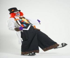 Rompicapo di Clown o pagliaccio in tutto o costume, con un cappello, parrucca, guanti, cravatta, pantaloni grandi e grandi scarpe