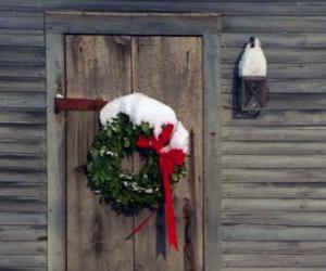 Rompicapo di Corona di Natale appeso sulla porta di una casa