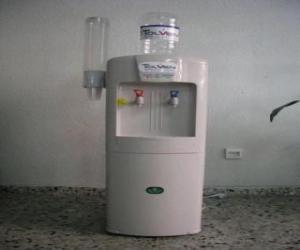 Rompicapo di Dispenser di acqua fredda con serbatoio di acqua sopra il distributore tazze