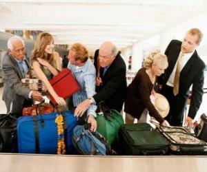 Rompicapo di Diverse persone, raccogliendo il bagaglio