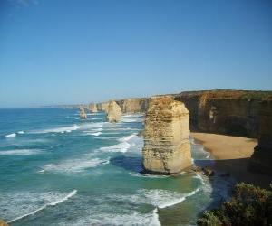 Rompicapo di Dodici Apostoli, è un ammasso di aghi di pietra calcarea che sporge dal mare al largo di Port Campbell National Park a Victoria, Australia.