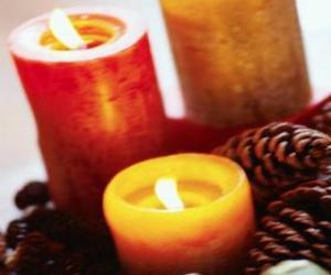 Rompicapo di Due grandi candele di Natale che brucia