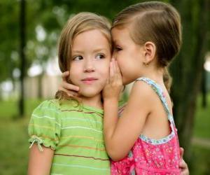 Rompicapo di Due ragazze facendo confidenze
