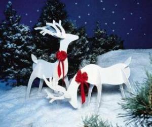 Rompicapo di Due renne in legno con un fiocco rosso su una decorazione natalizia