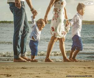 Rompicapo di Famiglia camminare lungo la spiaggia