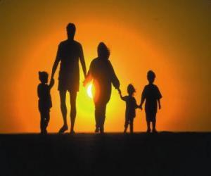 Rompicapo di Famiglia, padre, madre e figli a piedi a tre crepuscolo