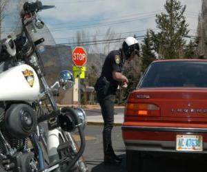 Rompicapo di Funzionario di polizia motorizzata con la sua moto e mettere una multa ad un conducente