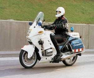 Rompicapo di Funzionario di polizia o polizziotto motorizzato con il suo motociclo