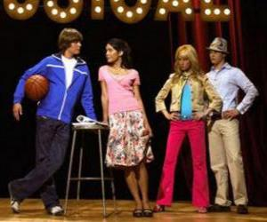 Rompicapo di Gabriella Montez (Vanessa Hudgens), Troy Bolton (Zac Efron), Ryan Evans (Lucas Grabeel), Sharpay Evans (Ashley Tisdale) sul palcoscenico