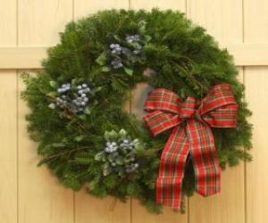 Rompicapo di Ghirlanda di Natale appeso alla porta di una casa