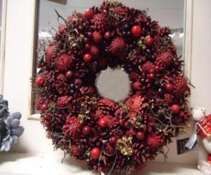 Rompicapo di ghirlanda di Natale con frutta rossi