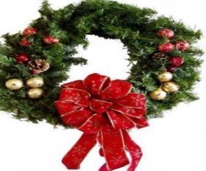 Rompicapo di Ghirlanda di Natale decorato con un nastro di grandi dimensioni e palle