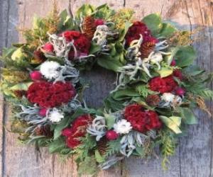 Rompicapo di Ghirlanda di Natale fatto di elementi vegetali vari