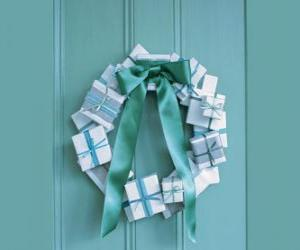Rompicapo di ghirlanda di Natale fatto di scatole di cartone e cravatta
