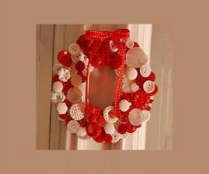 Rompicapo di ghirlanda di Natale fatto con bottoni e un fiocco rosso