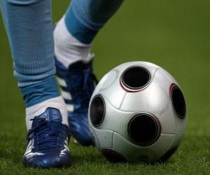 Rompicapo di Giocatore di calcio guida la palla