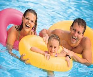 Rompicapo di Giovane coppia con la figlia in piscina