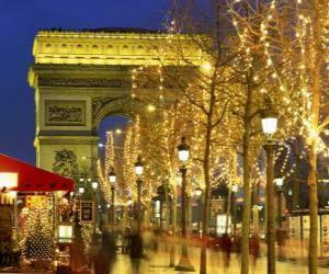Rompicapo di Gli Champs Elysées decorato per il Natale con l'Arco di Trionfo sullo sfondo. Parigi, Francia