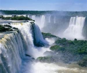 Rompicapo di Gran cascate con le sue numerose cascate e le nuvole di vapore che aumenta