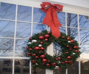 Rompicapo di Grande corona di natalizio decorata con un nastro di grandi dimensioni e palle