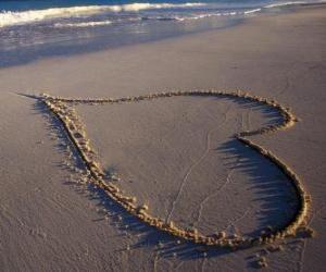 Rompicapo di Grande cuore disegnato nella sabbia