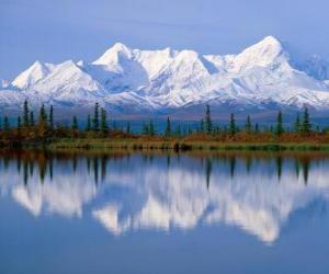 Rompicapo di Grande lago con gli abeti del bosco e delle montagne sullo sfondo