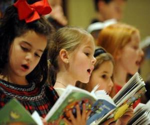 Rompicapo di Gruppo di bambini che canta canoni natalizie